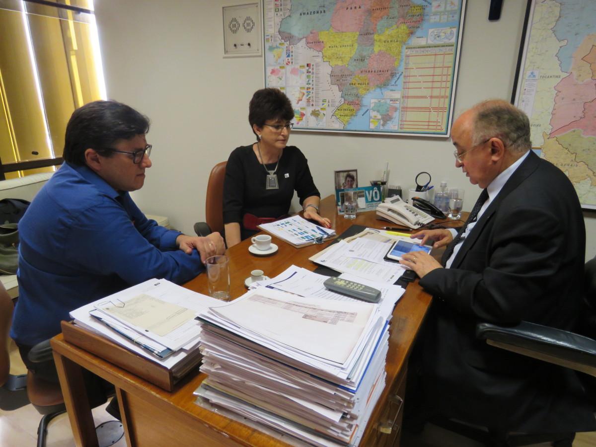 Presidente licenciado da AMUSUH, Altenir Rodrigues, o deputado Júlio César (PSDB-PI) e Terezinha Sperandio, Secretária Executiva da AMUSUH.