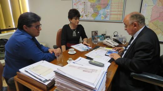 IMG_0243 | Presidente licenciado da AMUSUH, Altenir Rodrigues, o deputado Júlio César (PSDB-PI) e Terezinha Sperandio, Secretária Executiva da AMUSUH.